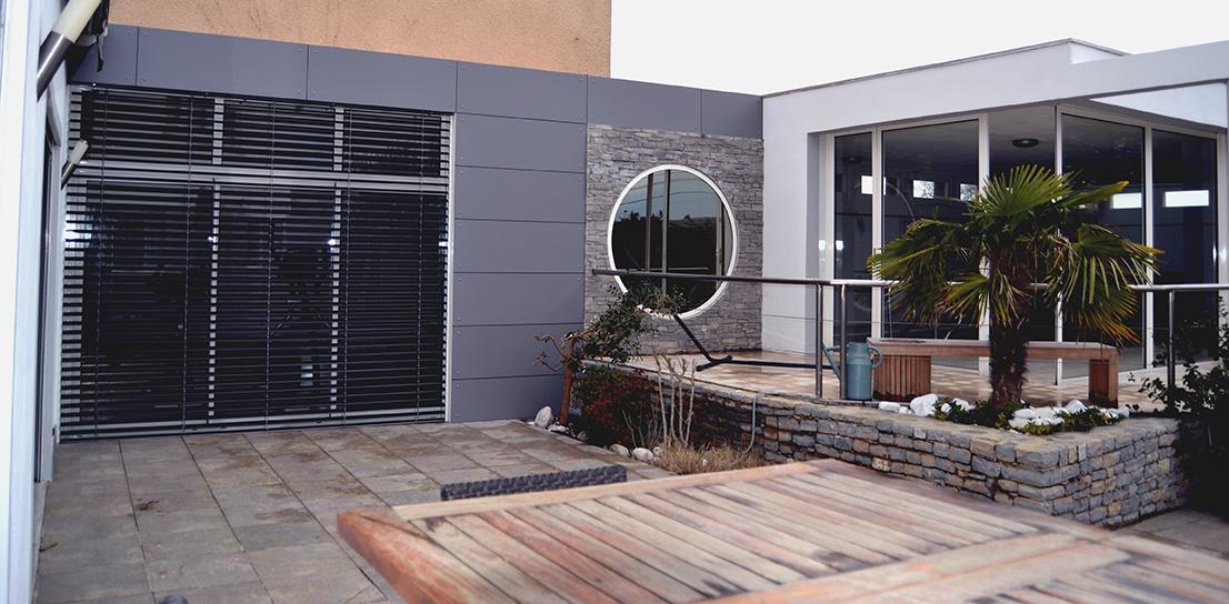 Véranda, brise soleil extérieur, baie coulissante, fenêtres et portes d'entrée